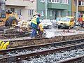 V olšinách, zastávka Průběžná, rekonstrukce tramvajové trati, řezání asfaltu.jpg