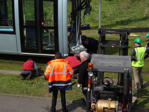 Valenciennes & Anzin - Déraillement de la rame de tramway n° 17 à la sortie du dépôt de Saint-Waast le 11 avril 2014 (055).JPG