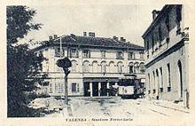 Il fabbricato viaggiatori con il capolinea del tram urbano in una cartolina d'epoca