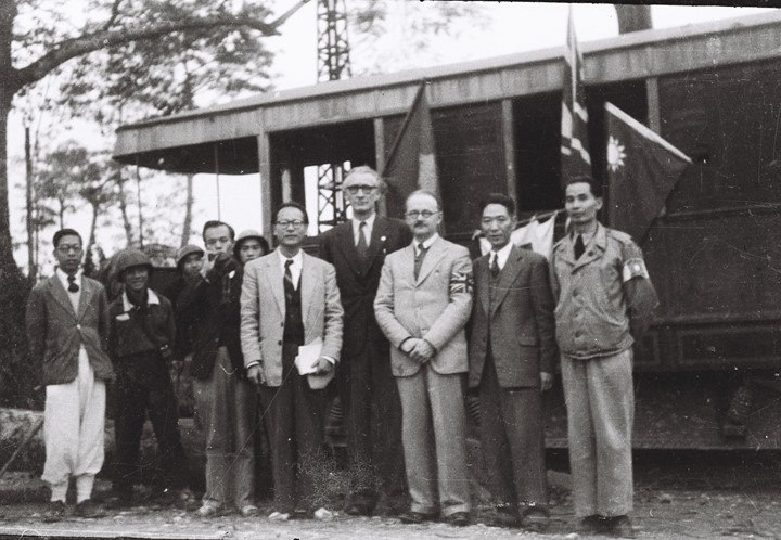 Vietnamese government delegation and British, American, Chinese delegation confering for the evacuation of Hanoian commons in 1947