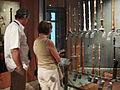 Visiteurs devant la vitrine des hautbois (musée de la musique) (3771902174).jpg