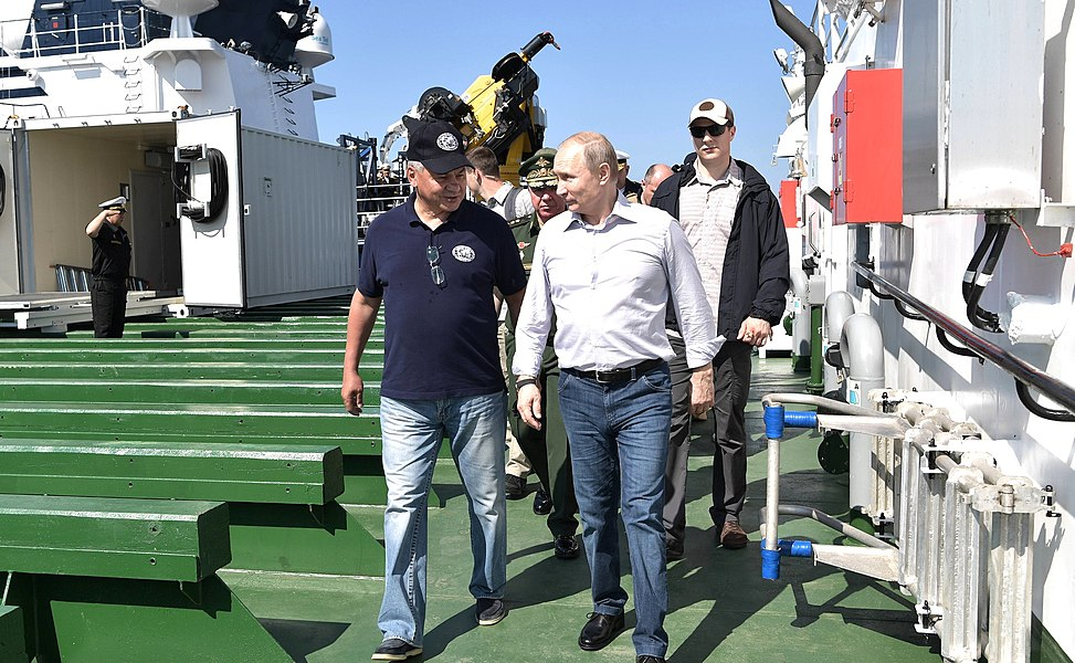 Vladimir Putin inspection of submarine sunk during Great Patriotic War 01.jpg
