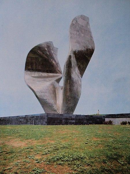 File:Vojin Bakić, Spomenik pobjedi revolucije naroda Slavonije, Kamenska.JPG