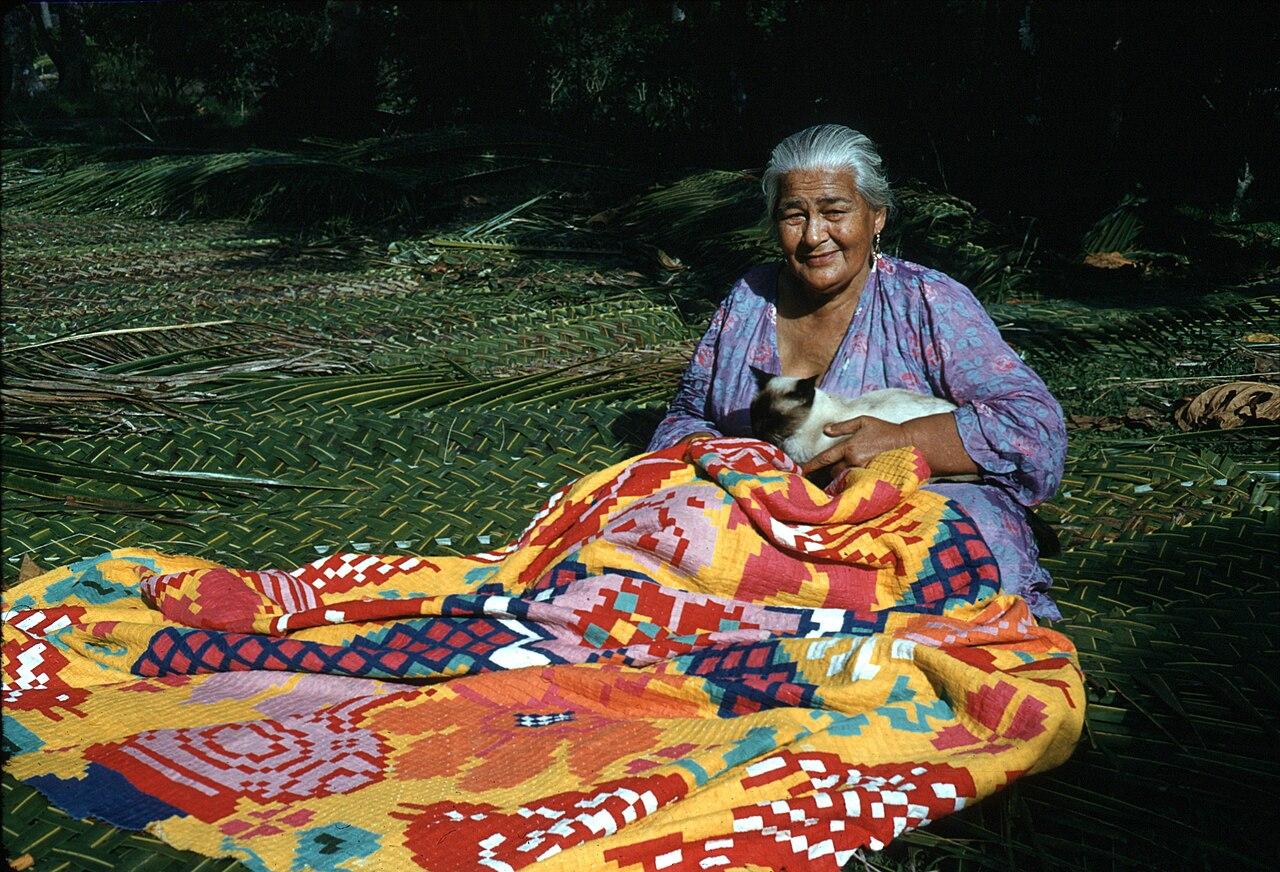 File Woman Sewing A Tivaevae Rarotonga Jpg Wikipedia