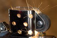 Scintille prodotte dallo sfregamento della pietra focaia di un accendino.
