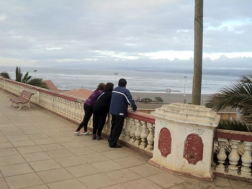 Some people, disregarding police advice, went to look at the sea's behavior. In the picture, people in el Mirador near Agustín Ross Park. Image: Diego Grez.