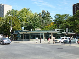 Atwater station - Station entrance on the southeasterly corner of Atwater Avenue and Saint Catherine Street