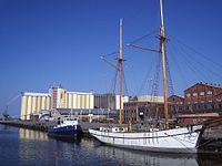 Östra Hamnen i Lidköping, sedd från Järnvägsbron, den 9 maj 2006.JPG
