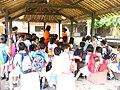 स्कूली बच्चे बंगाल के बाउल-संगीत का आनंद लेते हुए.JPG