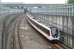 杭州地鐵1號線列車出地下隧道朝翁梅站駛去IMG 4925.JPG