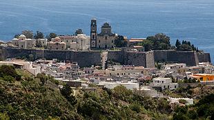 Il centro abitato di Lipari con il castello