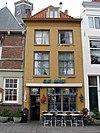 foto van Huis met gepleisterde lijstgevel. Dakkapel