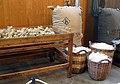 132 mNACTEC, la Fàbrica Tèxtil, taula de sorteig i coves de llana.jpg