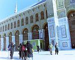 1993 Damascus. Female tourists in Umayyad Mosque. Spielvogel.jpg