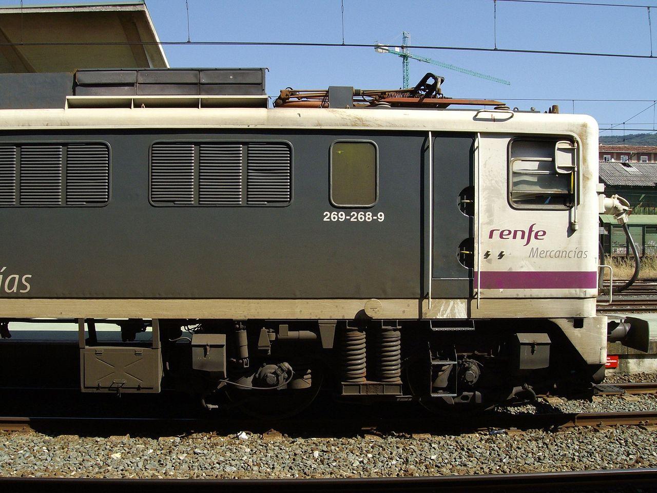 Locomotora 269.268 con esquema pantone-mercancías. Foto de Andrés MArqués en Madrid en 2008.