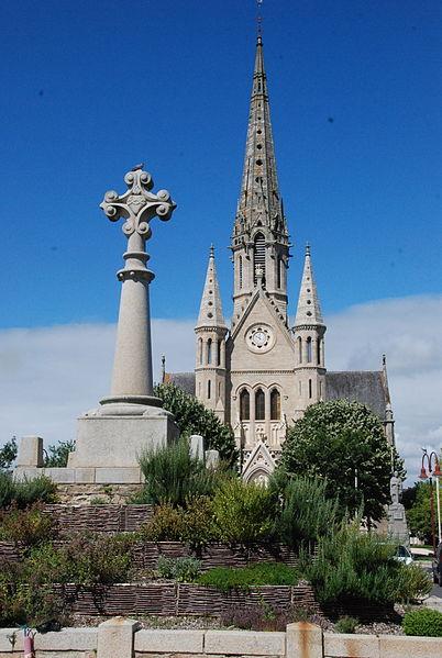 Eglise et croix monumentale de Bains-sur-Oust (35)