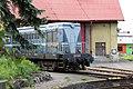 5.Lokomotiva T 435 0114 - číslo 714120-8 modrá zepředu zleva čelo a pravý bok od keře s listy - nádraží Benešov - historické.JPG