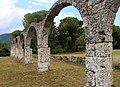 Abbazia di san vincenzo al volturno, esterno 04 archi di un porticato del xiii secolo.jpg