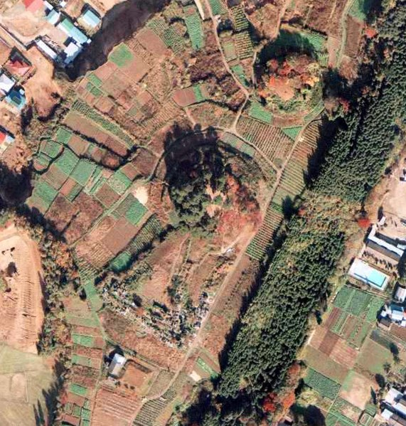 File:Aerial photo of Raijin-yama kofun tumulus in 1975.jpg