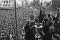 Ajax-spelers en burgemeester Ivo Samkalden met de cup tijdens de huldiging, Bestanddeelnr 925-6410.jpg