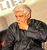 Poważnie wyglądający Javed Akhtar