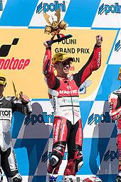Álvaro Bautista vittorioso sul podio al termine del GP del Giappone 2009.