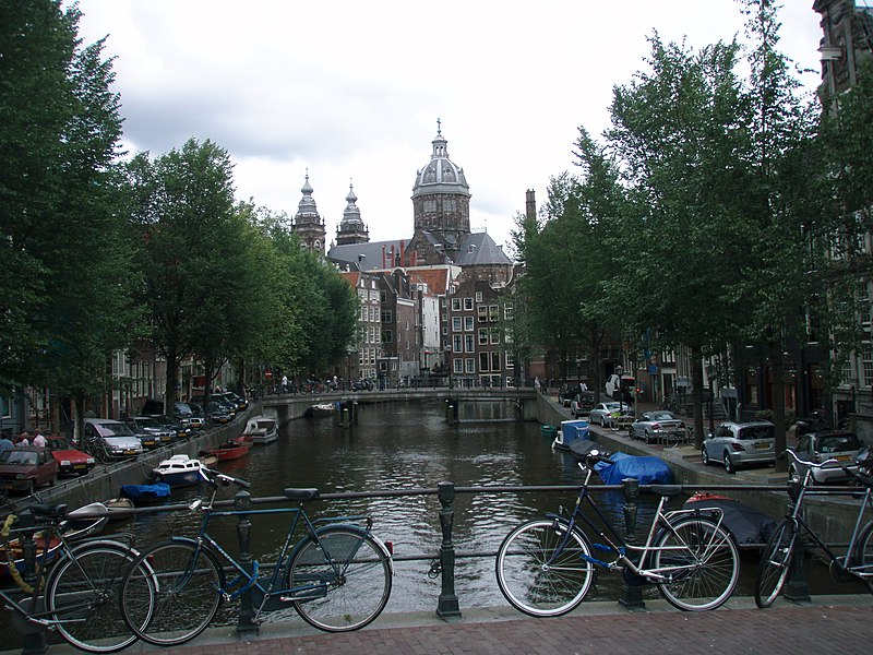 800px-Amsterdam_canals_in_summer.JPG