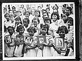 Arubaanse schoolmeisjes met portretten van de prinsessen en koninklijke familie, Bestanddeelnr 935-1583.jpg