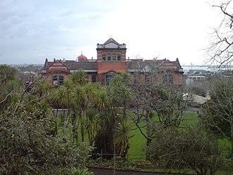 Auckland Girls' Grammar School - The school seen from Hopetoun Street, looking north