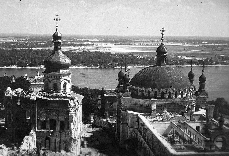 File:Az ortodox Barlangkolostor (Pecserszka Lavra) területe a Dnyeper folyó partján, balra a Mária elszenderülése katedrális romjai, jobbra a Szent Antal és Feodoszij templom Fortepan 12428.jpg