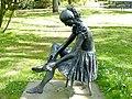 Bad Sassendorf – Bronze-Skulpturen - meditierendes Mädchen - panoramio.jpg