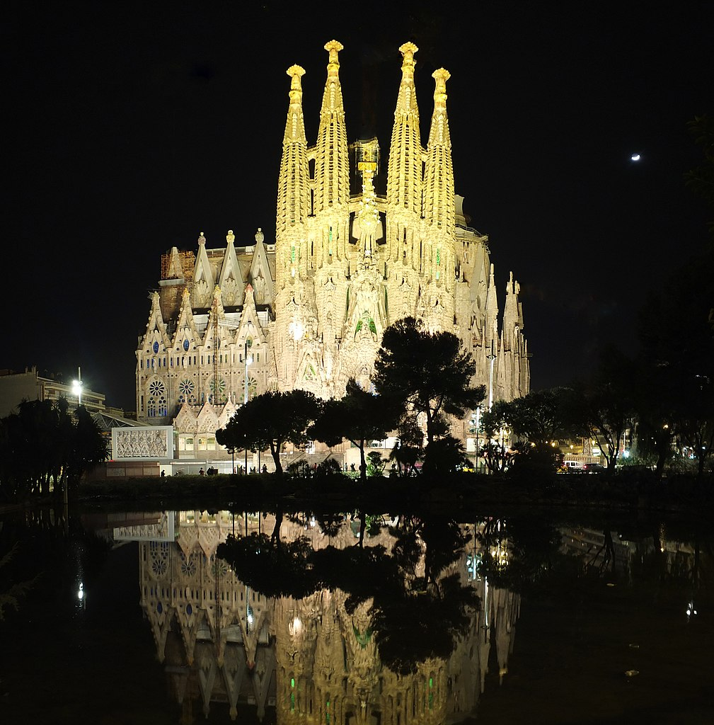 File barcelona sagrada familia by night for La sagrada familia en barcelona