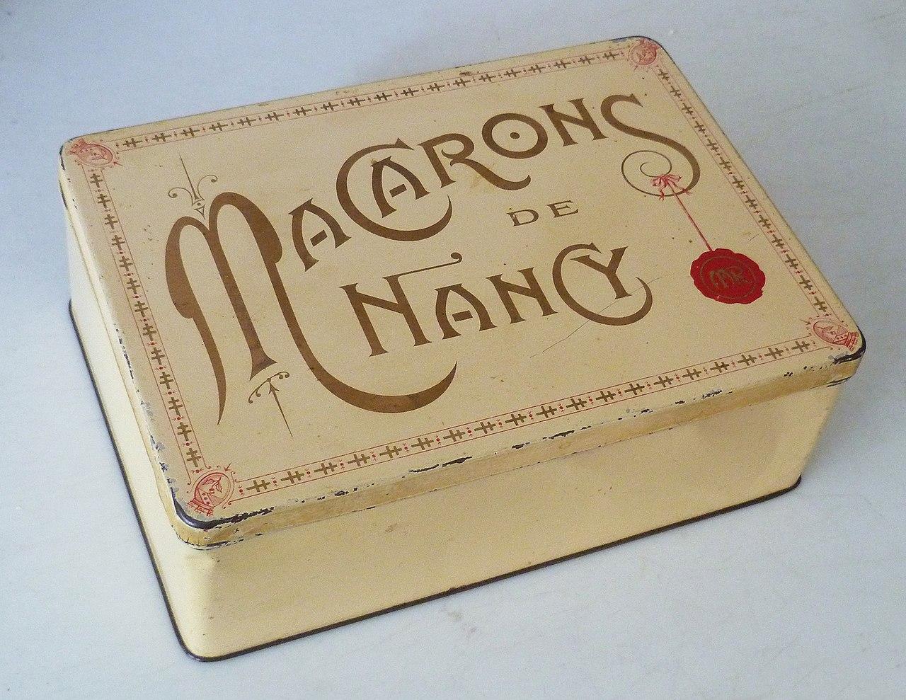 https://upload.wikimedia.org/wikipedia/commons/thumb/8/8e/Boite_de_macarons_de_Nancy_des_Magasins_R%C3%A9unis.jpg/1280px-Boite_de_macarons_de_Nancy_des_Magasins_R%C3%A9unis.jpg