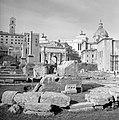 Brokstukken mogelijk van de Tempel van Castor en Pollux aan het Forum Romanum, Bestanddeelnr 191-1189.jpg