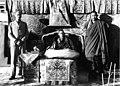 Bundesarchiv Bild 135-S-13-11-12, Tibetexpedition, Regent von Tibet, Beger, Diener.jpg
