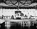 COLLECTIE TROPENMUSEUM Banket tijdens een bezoek van bestuursambtenaren aan de Sultan van Boeloengan TMnr 60034028.jpg