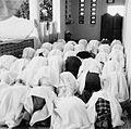 COLLECTIE TROPENMUSEUM Biddende vrouwen in de speciaal voor hen bestemde zijbeuk van de moskee te Tulehu TMnr 20000219.jpg