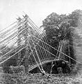 COLLECTIE TROPENMUSEUM Een hangende brug van bamboe bij Solokromo Midden-Java TMnr 10007597.jpg