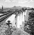 COLLECTIE TROPENMUSEUM Een spoorbrug van de Staatsspoorwegen bij Tjisomang West-Java TMnr 10007534.jpg