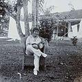 COLLECTIE TROPENMUSEUM Portret van een vrouw met een banjo in de tuin TMnr 60053702.jpg