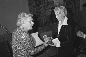 Charlotte van Pallandt - Charlotte van Pallandt receiving the Singer Prize from Princess Juliana of the Netherlands in 1977