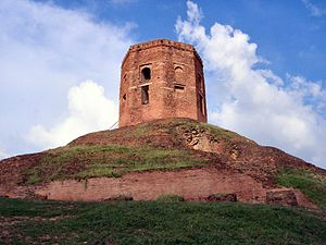 Chaukhandi Stupa on a hill, Sarnath.jpg