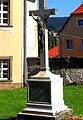 Chełmsko Śląskie, krzyż nagrobny przy budynku plebanii.jpg