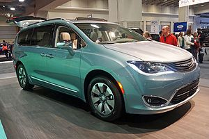 Minivan - 2017 Chrysler Pacifica (RU) Hybrid