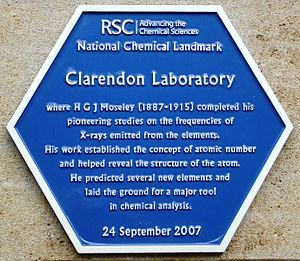 Clarendon Laboratory - Blue plaque erected by the Royal Society of Chemistry on the Townsend Building of the Clarendon Laboratory in 2007, commemorating Henry Moseley's early 20th-century research work on X-rays emitted by elements.