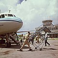 Collectie Nationaal Museum van Wereldculturen TM-20017536 Het wegrijden van een vliegtuigtrap van de Dutch Antillean Airlines (ALM) op het Prinses Juliana Airport Sint Maarten Boy Lawson (Fotograaf).jpg