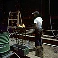 Collectie Nationaal Museum van Wereldculturen TM-20029850 Het verwarmen van klinknagels bij de Curacaose Dok Maatschappij Curacao Boy Lawson (Fotograaf).jpg