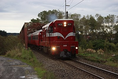 A DA class locomotive. DA 1431 crossing Rangitikei River.jpg