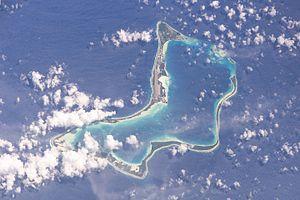 Zum Atoll Diego Garcia gehören die gleichnamige Hauptinsel und drei kleinere Inseln (im Satellitenbild oben rechts)