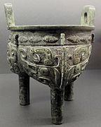 Dinastia shang, tipode ding biansato, xiii-xii sec. ac.JPG